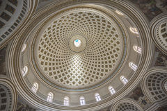 圣玛丽莫斯塔的` s教会圆顶的内部图象马耳他的 免版税库存照片