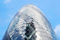 30圣玛丽轴大厦或嫩黄瓜大厦在蓝天,伦敦 免版税库存图片