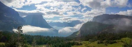 圣玛丽` s湖和谷,从摇石通行证,冰川国家公园 免版税库存图片