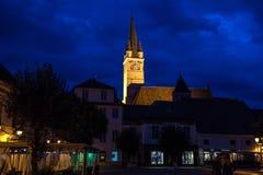 圣玛格丽特Sf 玛格丽特教会在从媒介大广场看的晚上,其中一主要市特兰西瓦尼亚 免版税图库摄影