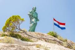 圣皮特圣徒・彼得、下落的克罗地亚的树和旗子雕象  库存照片