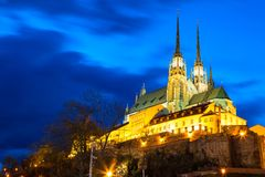 圣皮特圣徒・彼得和保罗大教堂在布尔诺,摩拉维亚,在日落微明期间的捷克 著名地标在南摩拉维亚 库存照片
