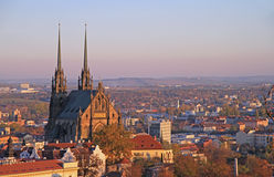 圣皮特圣徒・彼得和保罗大教堂有其他大厦的 免版税图库摄影