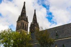 圣皮特圣徒・彼得和圣保罗大教堂塔在布拉格,捷克语关于 库存图片