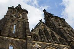 圣皮特圣徒・彼得和圣保罗大教堂是一个新哥特式教会在Vyshegrad堡垒在布拉格,捷克 免版税库存图片