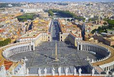 圣皮特圣徒・彼得广场全景在梵蒂冈和城市罗马的鸟瞰图 免版税库存图片