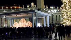 圣皮特圣徒・彼得广场,诞生场面体会与耶索洛沙子和用金色光装饰的圣诞树 影视素材