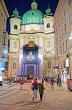 圣皮特圣徒・彼得教会的人们在晚上维也纳 库存照片