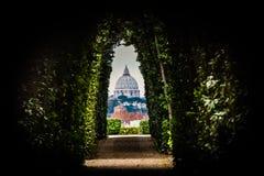 圣皮特圣徒・彼得梵蒂冈-罗马圆顶的一个特殊看法  免版税库存图片