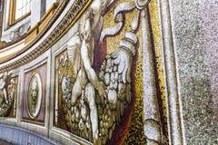 圣皮特圣徒・彼得罗马教皇的大教堂的内部的马赛克片段在梵蒂冈 库存图片