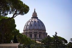 圣皮特圣徒・彼得罗马教皇的大教堂的圆顶在梵蒂冈 库存照片