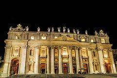 圣皮特圣徒・彼得罗马教皇的大教堂的夜视图  免版税库存照片