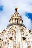 圣皮特圣徒・彼得` s与观光在上面的游人的大教堂圆顶向上看法  库存照片