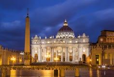 圣皮特圣徒・彼得在日落的` s正方形 背景大教堂bernini城市喷泉彼得・罗马s方形st梵蒂冈 免版税库存照片