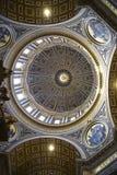 圣皮特圣徒・彼得在梵蒂冈的` s大教堂内部在罗马意大利 免版税图库摄影