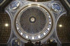 圣皮特圣徒・彼得在梵蒂冈的` s大教堂内部在罗马意大利 图库摄影