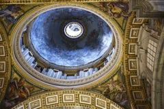 圣皮特圣徒・彼得在梵蒂冈的` s大教堂内部在罗马意大利 免版税库存照片