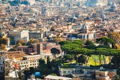 从圣皮特圣徒・彼得大教堂采取的中央罗马都市风景视图 库存图片
