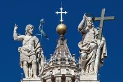 圣皮特圣徒・彼得的大教堂、基督有十字架的和圣J雕象  免版税库存照片