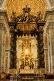 圣皮特圣徒・彼得的大教堂,圣伯多禄椅子,带金线绣花丝织品 库存照片