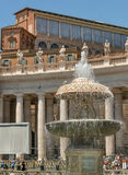圣皮特圣徒・彼得的广场的中心有贝尔尼尼的喷泉的找出dir 免版税库存照片