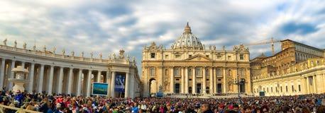 圣皮特圣徒・彼得的广场的崇拜者等候教皇弗朗西斯的 免版税图库摄影