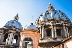圣皮特圣徒・彼得` s大教堂圆屋顶  背景大教堂bernini城市喷泉彼得・罗马s方形st梵蒂冈 库存照片