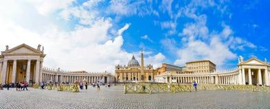 圣皮特圣徒・彼得` s大教堂在一个晴天在梵蒂冈 库存图片
