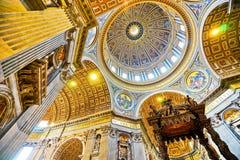 圣皮特圣徒・彼得` s大教堂的内部看法 库存照片