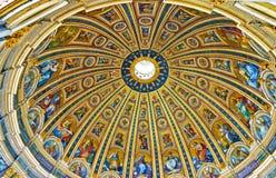 圣皮特圣徒・彼得` s大教堂的内部看法 库存图片