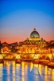 圣皮特的大教堂在晚上,罗马 免版税图库摄影