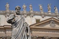 圣皮特雕象在圣皮特的Basili前面的 免版税库存图片
