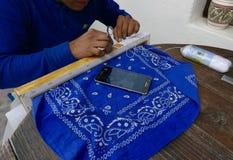 圣米格尔德阿连德,墨西哥1月16日2017年:一个人创造传统蜂蜡和螺纹艺术 库存照片