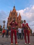 圣米格尔德阿连德,瓜纳华托州/墨西哥- 2015年9月14日:执行在街道的墨西哥流浪乐队在la Parroquia de圣外面 图库摄影
