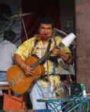 圣米格尔德阿连德,瓜纳华托州/墨西哥- 2015年9月14日:执行在街道咖啡馆外面的一条人带在圣米格尔火山de Al 免版税库存图片