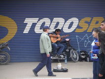 圣米格尔火山de TucumA? ¡ n街道西班牙人吉他弹奏者 免版税库存图片