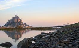 圣米歇尔山在水中反射了在黎明 库存图片