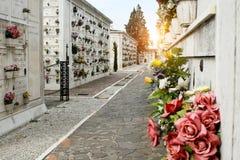 圣米谢勒海岛 胡同在公墓 日落 免版税库存照片
