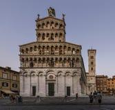 圣米谢勒美丽的教会在Foro在蓝色小时,卢卡,托斯卡纳,意大利 免版税库存图片