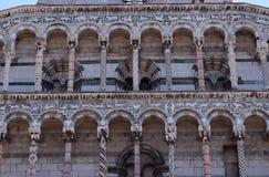 圣米谢勒门户在Foro教会里在卢卡,意大利 免版税库存照片