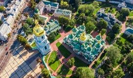 圣索菲娅从上面大教堂和基辅市地平线空中顶视图, Kyiv都市风景,乌克兰 库存图片