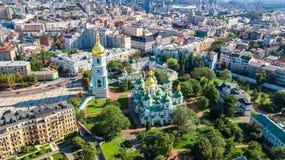 圣索菲娅从上面大教堂和基辅市地平线空中顶视图, Kyiv都市风景,乌克兰 免版税图库摄影