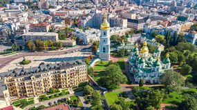 圣索菲娅从上面大教堂和基辅市地平线空中顶视图, Kyiv都市风景,乌克兰 免版税库存图片