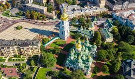 圣索菲娅从上面大教堂和基辅市地平线空中顶视图, Kyiv都市风景,乌克兰 库存照片