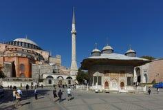 圣索非亚大教堂和苏丹Ahmet III喷泉在伊斯坦布尔,土耳其 库存照片
