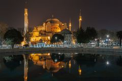 圣索非亚大教堂Ayasofya和从苏丹Ahmet的喷泉视图 库存照片