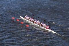 圣约瑟夫预习功课乘员组在查尔斯赛船会人` s青年时期Eights头赛跑  库存图片