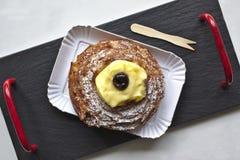圣约瑟夫,南意大利的典型的甜点Zeppola或者zeppola  免版税库存图片