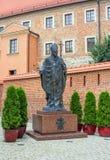 圣约翰保禄二世教皇的在宽容大教堂附近的纪念碑 免版税库存照片