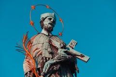 圣约翰内波穆克巴洛克式的雕象有金黄星光晕藏品耶稣受难象的有查理大桥的耶稣的 布拉格,捷克共和国 图库摄影